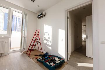 エアコン下に作業スペースが広がっている状態の写真